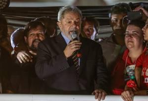 O ex-presidente Lula discursa para simpatizantes em Curitiba Foto: Geraldo Bubniak / Agência O Globo