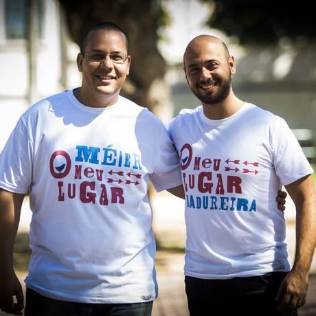 Os empresários Leonardo Borba (de óculos) e Gledson Vinícius, respoinsáveis pela grife Foto: Agência O Globo / Bárbara Lopes