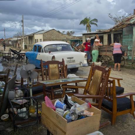 Pertences de cubanos em rua de Isabela de Sagua, no Norte de Cuba. Analistas apontam para volta à recessão Foto: Ramon Espinosa / AP/11-09-2017