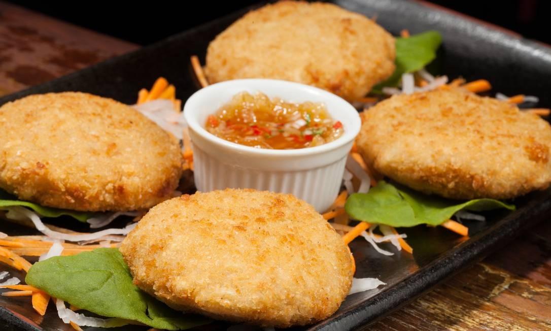 Nam Thai: tem bolinhos com sabores do sudeste asiático, como o Tand Man Kung (4 unidades por R$ 42), empanado de camarão e curry vermelho tailandês, servido com chutney de abacaxi. Rua Rainha Guilhermina 95 A/B, Leblon - 2259-2962. Seg, das 19h à meia-noite. Ter e qua, do meio-dia à meia-noite. Qui a sáb, do meio-dia à 1h. Dom, do meio-dia às 23h Foto: Divulgação