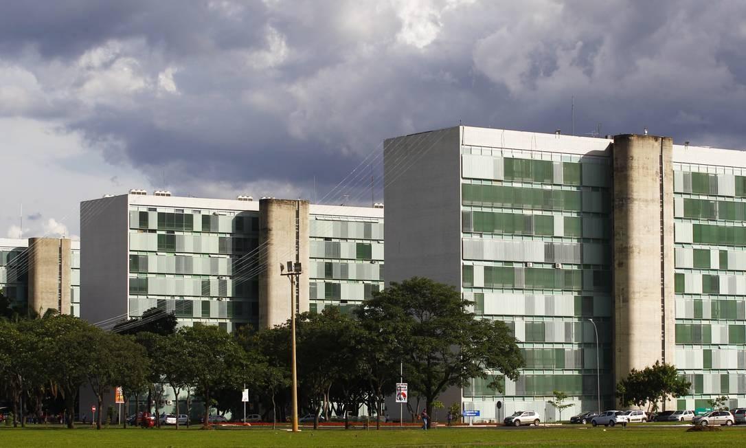 Prédios projetados por Oscar Niemeyer na Esplanada dos Ministérios Foto: Jorge William / Agência O Globo
