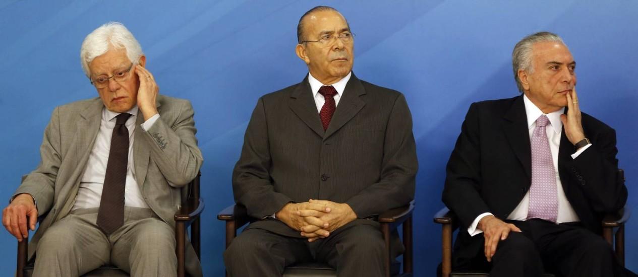 Os ministros Moreira Franco e Eliseu Padilha ao lado do presidente Michel Temer Foto: Givaldo Barbosa / Agência O Globo / 10-5-17