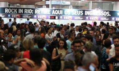 Fila para retirada de ingressos para o Rock In Rio na estação de metrô da Carioca Foto: Fabiano Rocha / Agência O Globo