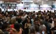 Fila para retirada de ingressos para o Rock In Rio na estação de metrô da Carioca
