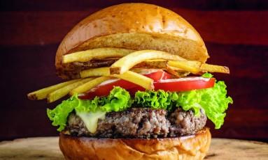 Hambúrguer de carne de cordeiro, por Rodrigo Hilbert Foto: Tomas Rangel / Divulgação