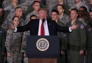 O presidente dos EUA, Donald Trump, fala com militares durante um evento em Maryland Foto: ALEX WONG / AFP