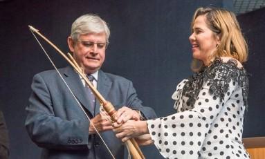 O procurador-geral da República, Rodrigo Janot, ganha um arco e flecha na cerimônia de despedida da PGR Foto: Divulgação PGR