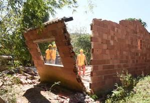 Homens da prefeitura derrubam casa irregular no Morro da Viração Foto: Divulgação/Leonardo Simplício