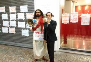 Gaudêncio Fidelis discursa ao lado de Gustavo Barreto, organizador do protesto no Rio Foto: Nelson Gobbi