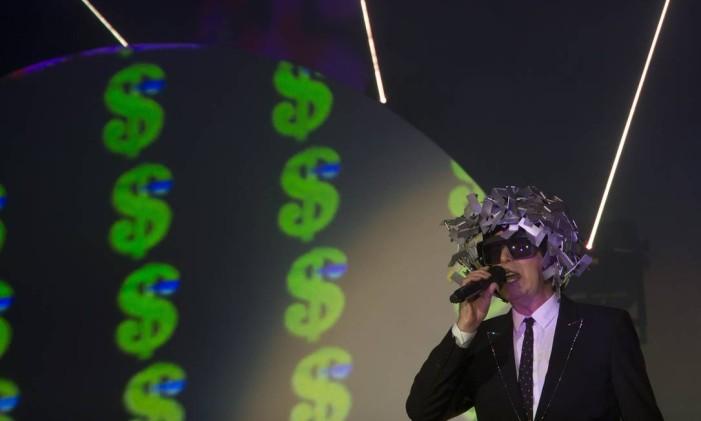Neil Tennant, do Pet Shop Boys, em show no Palco Mundo Foto: Antonio Scorza / O Globo