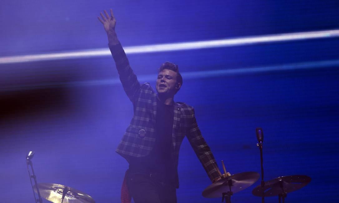 O baterista do 5 Seconds of Summer, Ashton Irwin, cumprimenta o público brasileiro durante o show da banda no Palco Mundo Foto: ANTONIO SCORZA / Agência O Globo