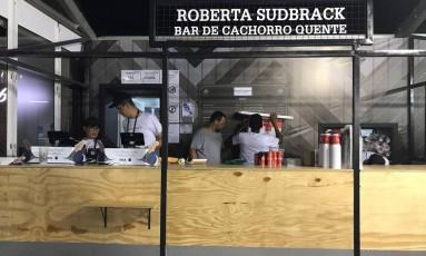 Funcionários desmontam o estande da chef Roberta Sudbrack no Rock in Rio Foto: O Globo