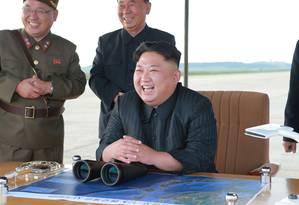 Kim Jong-Un supervisionou os testes com o míssil Hwasong-12 Foto: STR / AFP