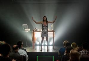 A atriz trans Renata Carvalho em cena no espetáculo