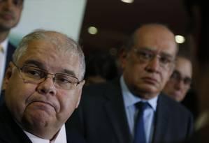Gilmar Mendes observa deputado Lúcio Vieira Lima, que presidiu comissão da Reforma Política; ministro do STF alertou para risco de que alterações sejam feitas pelo Supremo Foto: Ailton de Freitas / Agência O Globo