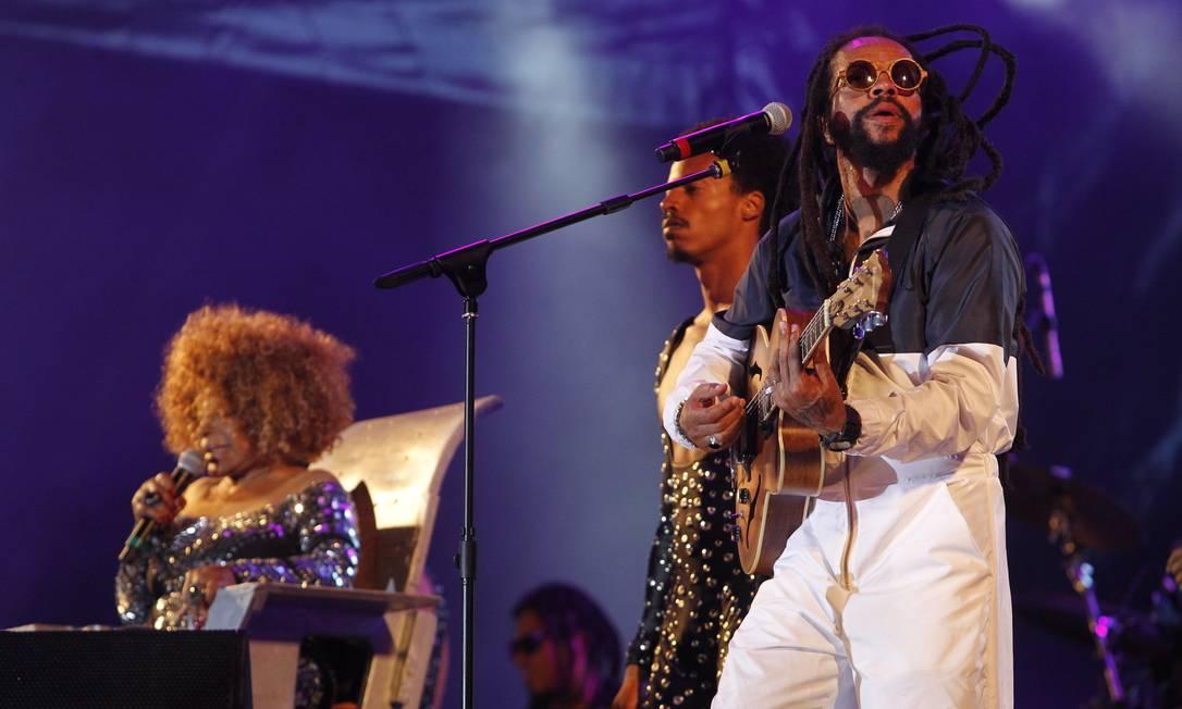 Show do Rael com Elza Soares no palco Sunset. Foto: Pedro Teixeira / O Globo