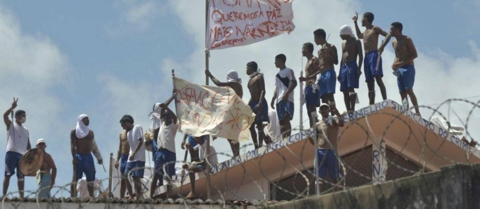 Levante de presos na penitenciária de Alcaçuz, no Rio Grande do Norte, deixou 26 mortos: força-tarefa de agentes penitenciários atua na unidade Foto: Josemar Gonçalves / Agência O Globo