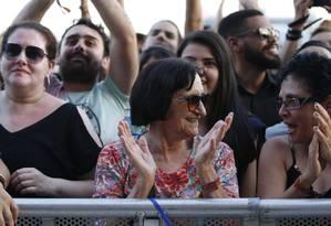 A avó de Johnny Hooker, Gilce Maia, virou destaque durante o show do neto Foto: Agência O Globo