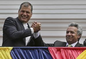 O ex-presidente do Equador Rafael Correa (à esquerda) celebra com seu sucessor Lenin Moreno a vitória nas eleições Foto: Dolores Ochoa / AP