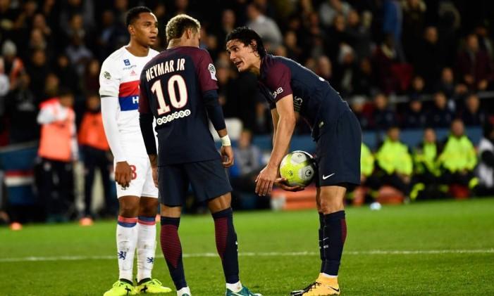 Neymar e Cavani conversam antes do uruguaio cobrar o pênalti pelo PSG Foto: CHRISTOPHE SIMON / AFP