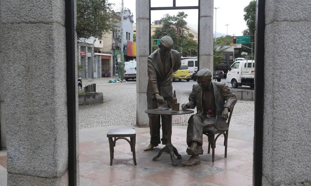 Seu garçom. No monumento ao compositor e boêmio Noel Rosa, em Vila Isabel, uma cadeira está sem encosto Foto: Custódio Coimbra / Agência O Globo