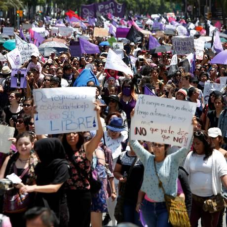 Manifestantes participam de protesto em memória à Mara Castilla, de 19 anos, que foi encontrada morta próxima a um hotel em Puebla Foto: CARLOS JASSO / REUTERS