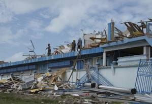 Na ilha caribenha de Saint Martin, Irma deixou devastação; região deverá ser atingida por novo furacão nesta semana Foto: HELENE VALENZUELA / AFP