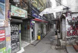 Uma das vielas da Rocinha vazia e com o comércio fechado nesta segunda-feira Foto: Fábio Guimarães / Agência O Globo