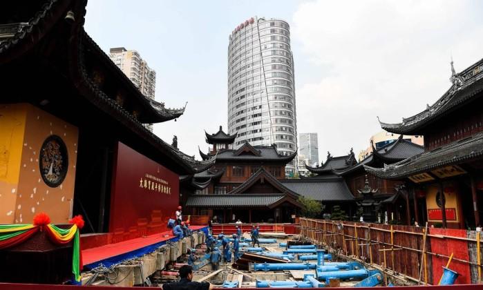 Foto tirada no último 5 de setembro mostra funcionários trabalhando no deslocamento do pavilhão principal do templo do Buda de Jade, em Xangai - CHANDAN KHANNA / AFP