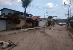 Moradores criaram barreiras para reduzir o tráfego na Rua Doutor Tabajara Gomes (antiga 17) Foto: Renan almeida