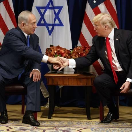 Presidente dos EUA, Donald Trump, e premier israelense, Benjamin Netanyahu, se cumprimentam durante entrevista coletiva em Nova York Foto: Evan Vucci / AP