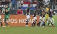 Jogadores do Vasco, em especial o goleiro Martín Silva, se desesperam com a validação do gol de Jô Foto: Marcos Alves