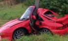 Carro fica irreconhecível, mas motorista sai andando após acidente Foto: Reprodução/Twitter