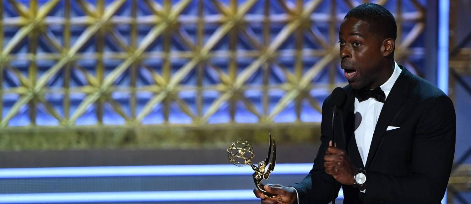 Sterling K. Brown recebe o Emmy de melhor ator dramático por 'This is Us' Foto: FREDERIC J. BROWN / AFP