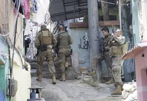 Agentes das polícias Militar e Civil participaram de megaoperação na Rocinha Foto: Fábio Guimarães / Agência O Globo