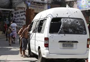 Tiroteios recomeçaram na Rocinha nesta segunda-feira Foto: Fábio Guimarães / Agência O Globo