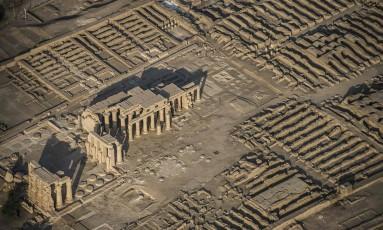 Foto aérea mostra a grandiosidade do Ramesseum, o templo mortuário do faraó Ramsés III, em Luxor Foto: KHALED DESOUKI / AFP