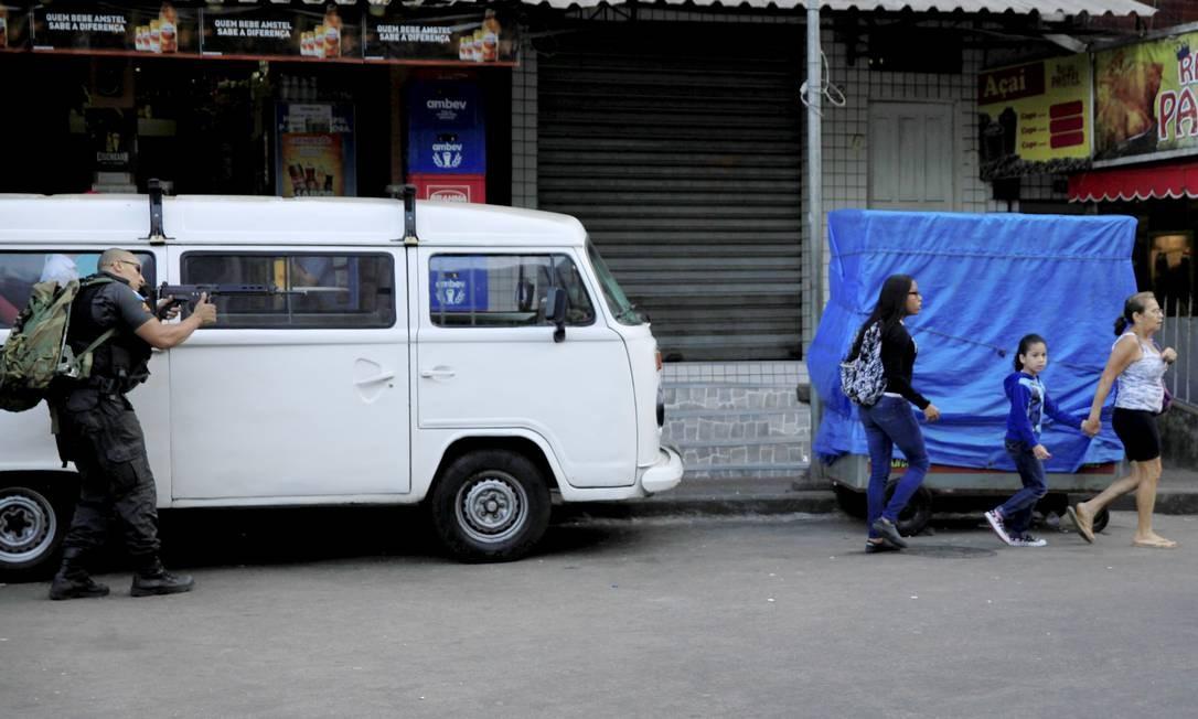 Policial durante operação na Rocinha, que vive uma guerra entre traficantes Foto: Uanderson Fernandes / Agência O Globo