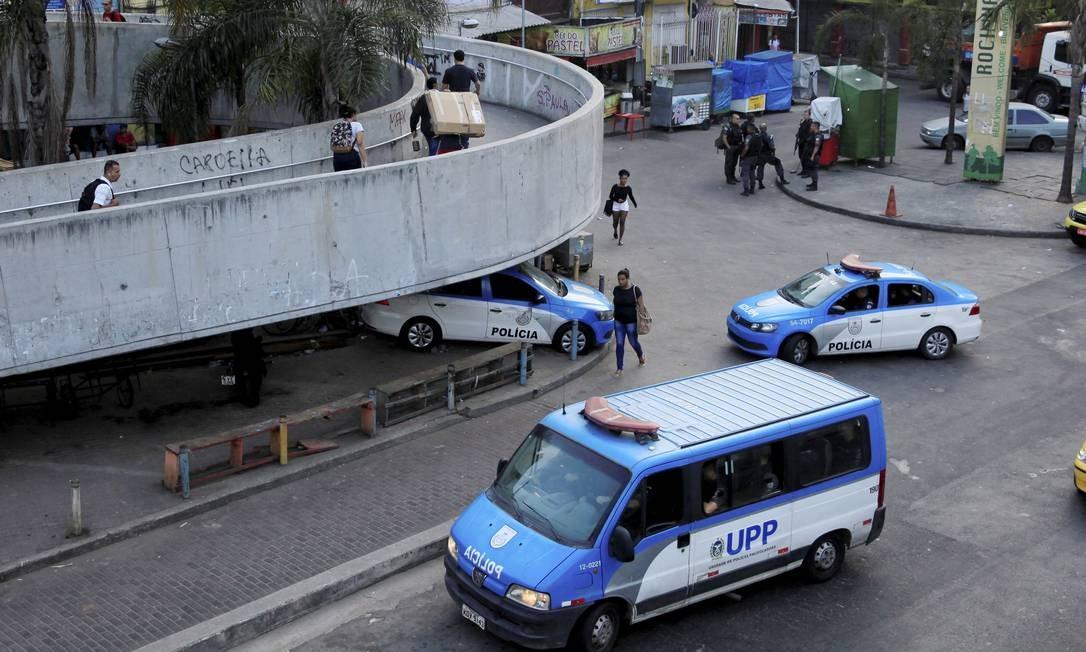 Carros da Polícia Militar em um dos acesso à comunidade Foto: Uanderson Fernandes / Agência O Globo