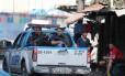 Carro da PM na Estrada da Gávea durante operação na Rocinha. Comércio reabre nesta terça Foto: Fabiano Rocha / Agência O Globo