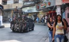 Veículo do Bope percorre rua da Rocinha na manhã desta terça-feira Foto: Fabiano Rocha / Agência O Globo