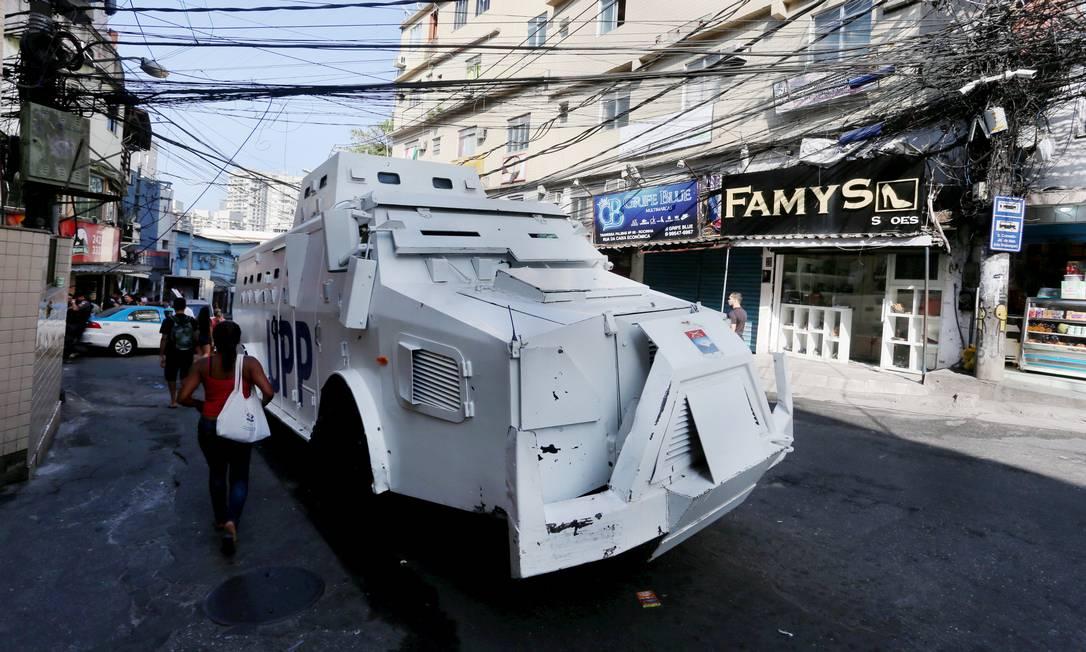O caveirão branco da polícia percorre a comunidade Foto: Fabiano Rocha / Agência O Globo