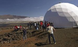 A equipe de quatro homens e duas mulheres é recepcionada na saída da cúpula que simula o ambiente marciano Foto: HI-SEAS Mission V Crew / AP