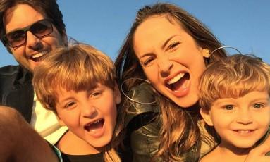 Claudia Leitte posa com os filhos Davi e Rafael, ao lado do marido Marcio Pedreira Foto: Instagram / Reprodução