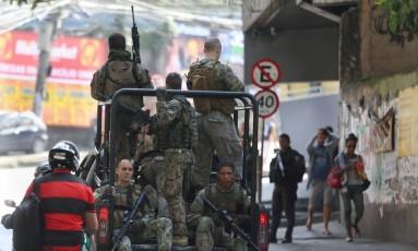 Polícia Militar faz operação em seis favelas do Rio contra ação de Foto: Fabiano Rocha / Agência O Globo