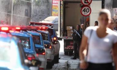 Carros da Polícia Miltar enfileirados em rua da Rocinha durante operação nesta terça-feira Foto: Fabiano Rocha / Agência O Globo