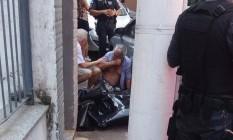 Homem chora ao lado do corpo de mulher que morreu esfaqueda em Icaraí Foto: Foto da leitora Janete Salim