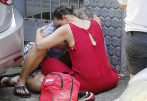 Parentes choram abraçados após ver o corpo da mulher que foi esfaqueada e morta em Icaraí Foto: Domingos Peixoto / Agência O Globo