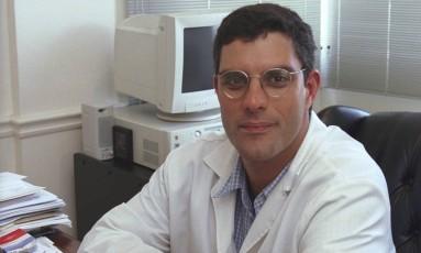 O médico e professor Fábio Cuiabano teve o carro e pertences roubados em estacionamento do Fundão Foto: Fábio Seixo em 30/01/2001 / Agência O Globo