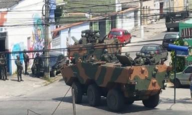Tanque do Exército na Favela do Muquiço, onde ocorre operação para recuperar arma roubado Foto: Divulgação